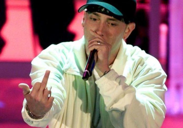 Contestatissima esibizione di Eminem a Sanremo 2001